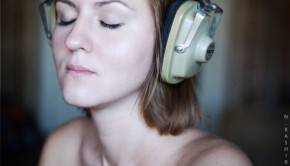 Woman with Headphones / Nickolai Kashirin